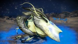 This living ship has a very pale yellow-green skin and black accents. Its faceplate is long and pointed and has a horned plateau in the center. It has a black fin and its upper wings are curved inward. Its lower wings are small and segmented.